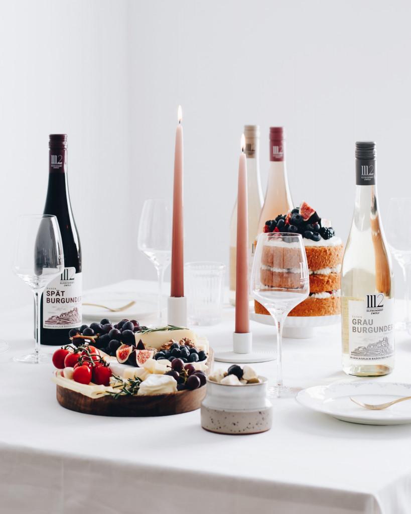 Food Fotografie Portfolio - Fotografie von gedecktem Tisch mit Wein und Käseplatte