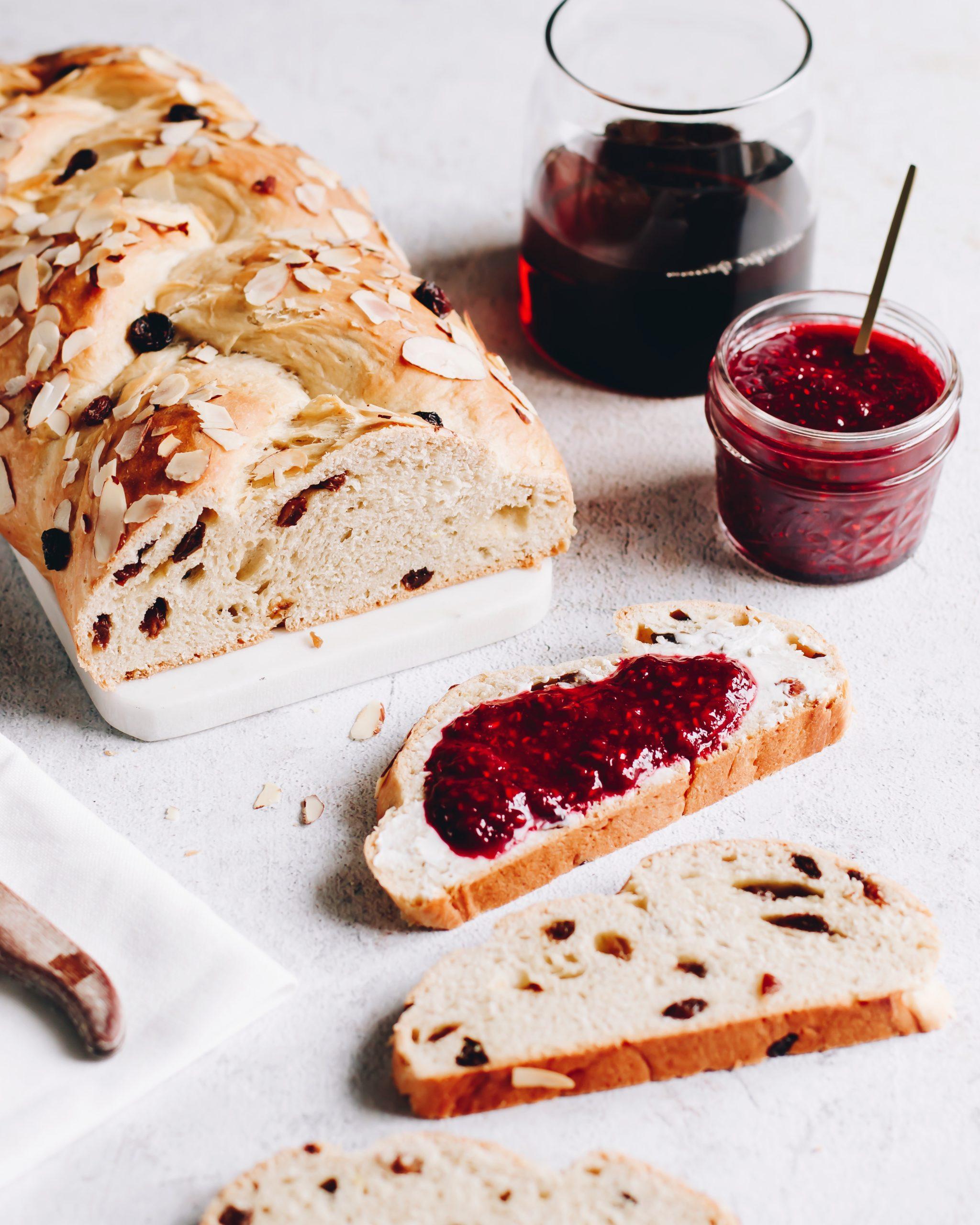 Food Fotografie Hefezopf mit Himbeermarmelade